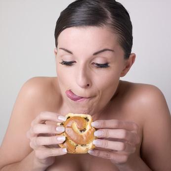femme nue devorant une patisserie